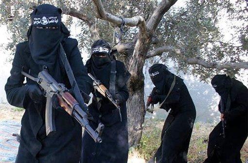 Ausschnitt aus einem Dschihadisten-Video: Frauen trainieren in Syrien mit dem Sturmgewehr  Kalaschnikow. Foto: Syriadeeply.org