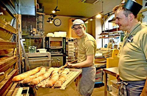 Der Bäckermeister Thomas Schmidt (rechts) und sein Mitarbeiter Michael Foto: Stefan Jehle