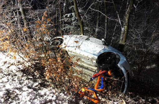 Von winterlicher Straße gerutscht – Auto landet in Wald