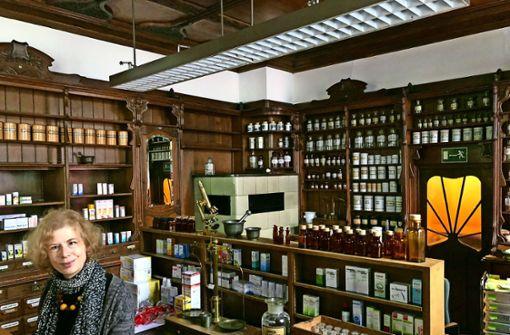 Sabine Kettemann  in ihrer Apotheke   mit Mobiliar aus dem Jahr 1901: Neue   Regeln aus dem Jahr 2012 machen es   heutzutage unmöglich, hier Medizin zu verkaufen. Foto: Haar Foto: