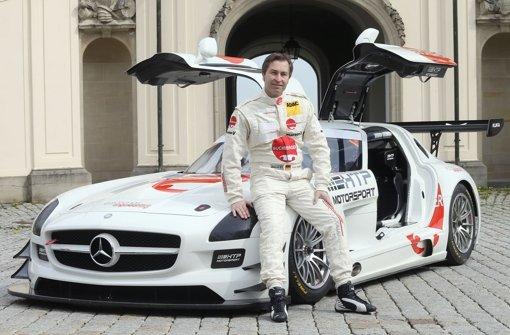 Wiedervereinigung: Heinz-Harald Frentzen und ein Mercedes-Rennwagen Foto: Pressefoto Baumann