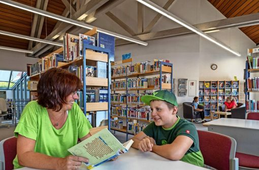 """Worum geht es in dem Buch? Darüber plaudert ein Schüler mit Claudia Kashofer in der Münchinger Bücherei im Rahmen der Aktion """"Heiß auf Lesen"""". Foto: factum/Weise"""