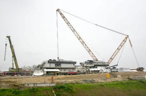 Schon von der A 8 aus ist der gewaltige Kran zu sehen. Allein der Transport kostet 500.000 Euro. Foto: Horst Rudel