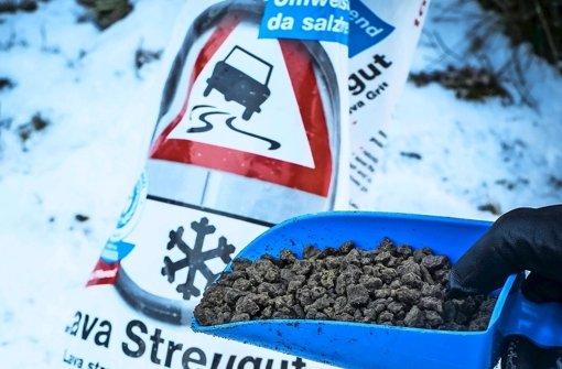 Umweltfreundliche Alternative zum Salz: Granulat aus Lava. Foto: Lichtgut/Max Kovalenko