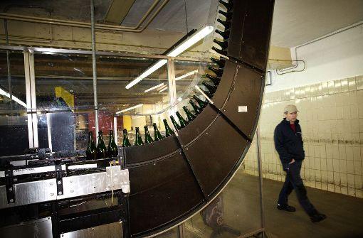 """Der """"Elevator"""" transportiert die leeren Flaschen zur Abfüllanlage.  Foto: Ines Rudel"""