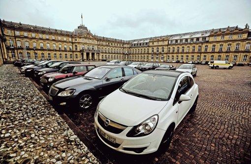 Rund 40 Autos parken im Parkverbot vor dem Neuen Schloss. Foto: Leif Piechowski