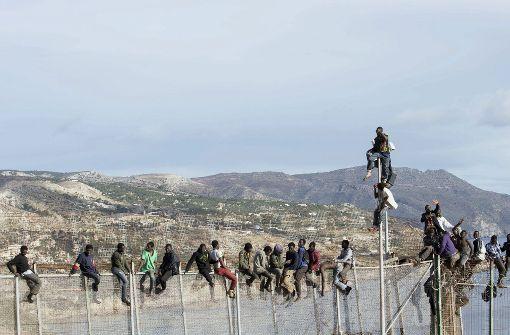 Hunderte Flüchtlinge stürmen spanische Exklave