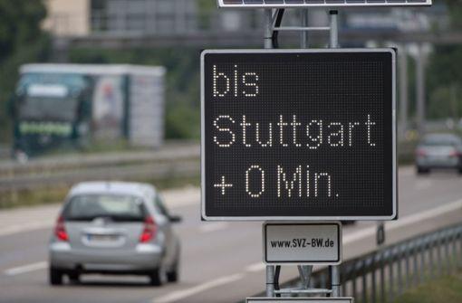 ... Seit Donnerstag zeigen elektronische Tafeln an der viel befahrenen Bundesstraße 27 die aktuellen Stauzeiten an. Foto: dpa