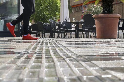 Dass zumindest bei schönen Wetter immer wieder die Tische und Stühle die Leitlinie verstellen, ist ein Problem für Blinde – aber nicht das einzige. Foto: factum/Granville