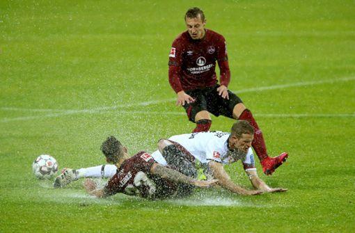 Die Spritzigkeit fehlte dieses Mal eher nicht: Zweikampf zwischen Nürnbergs Tim Leibold und Lars Bender Foto: