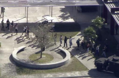 Geordnet verlassen die Schüler das Gebäude. Foto: WPLG-TV