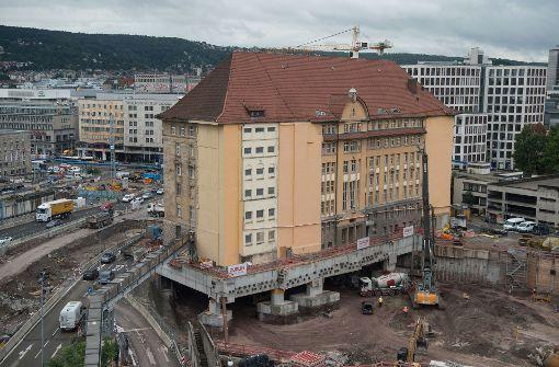 Historisches Gebäude steht für Tunnelbau auf Stelzen