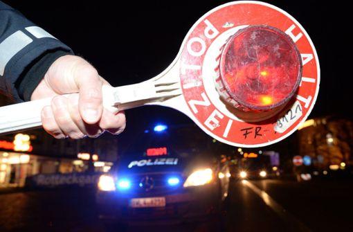 Polizisten müssen betrunkenen Autofahrer wecken