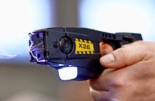 Mit einem Elektroschocker soll einer der Angeklagten den Interessenten eines Autos  bedroht haben. Foto: dpa