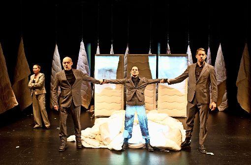 Gewalt lauert überall (von links): Gundi-Anna Schick, Sebastian Schäfer, Cathrin Zellmer und Boris Rosenberger im Theaterhaus. Foto: Daniela Aldinger