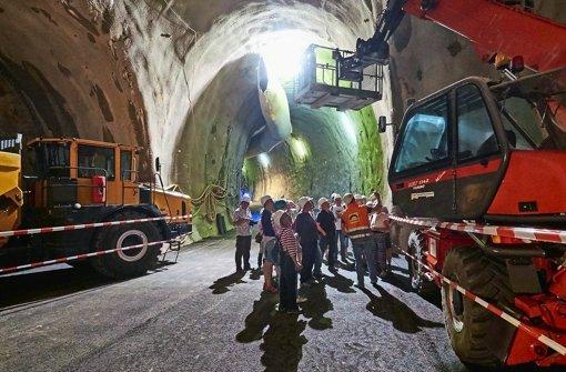 Fasziniert verfolgen die Gäste der Führung den technischen und logistischen Aufwand der Arbeiten am Feuerbacher Tunnel Foto: Heiss/Lichtgut