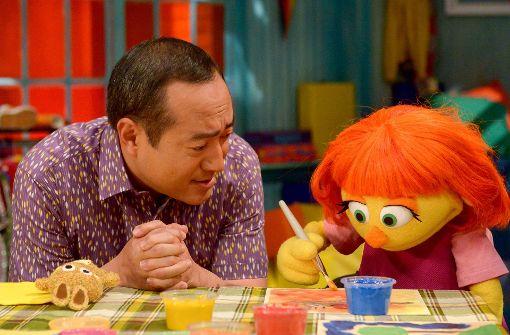 """Julia ist in der amerikanischen """"Sesamstraße"""" die Nachbarin von Figuren wie dem Krümelmonster. Foto: Sesame Workshop"""