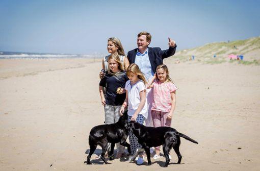 Zum blonden Drei-Meisje-Haus haben sich bMáxima und Willem-Alexander der Niederlande/b zwei pechschwarze Labradore zugelegt: Die quirligen Hunde heißen Skipper und Nala. Foto: dpa