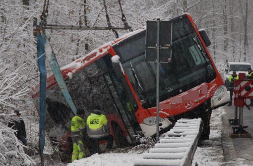 Linienbus prallt gegen Leitplanke, Frau verletzt