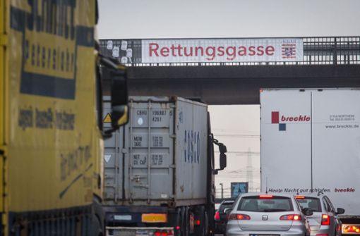 Autofahrer streiten um Rettungsgasse - Seitenscheibe eingeschlagen