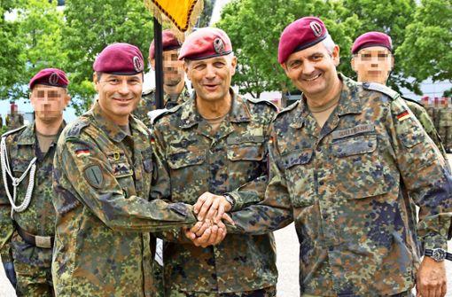Der neue KSK-Chef Markus Kreitmayr, Divisionskommandeur Andreas Marlow und der bisherige Kommandeur der Calwer Eliteeinheit, Alexander Sollfrank (von links). Die Gesichter der KSK-Soldaten im Hintergrund sind zu ihrem Schutz unkenntlich gemacht. Foto: Bundeswehr