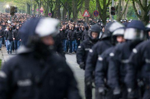 Polizisten begleiten den Fanzug von Hannover 96 zum Stadion. Foto: dpa
