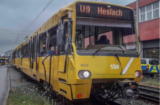 Autotransporter kracht in Stadtbahn – acht Fahrgäste verletzt