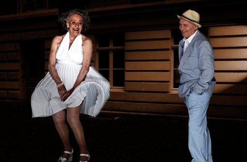 Ingeburg Giolbass (84) und Erich Endlein (88) geben im Senioren-Kalender Das verflixte siebte Jahr. Foto: Contilia Gruppe/Essen Werntges S