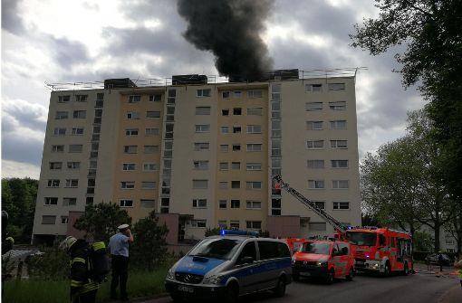 Dach eines Hochhauses brennt