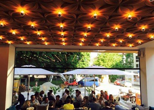 bCafe Netzer/bbr a class=artlink href= http://netzer-stuttgart.de/ target=_blanknetzer-stuttgart.de//abr Herzogstraße 4, 70176 Stuttgartbr Tel.: 0711 69947644br ÖV: Feuersee (S1, S2, S3 und S4)br   bÖffnungszeiten: /bMo-Sa 09 – 00, So 09 – 17br bFrühstückszeiten: /bin der Woche von 09-11:30, Sa & So. von 09-15 Uhrbr bPlätze (drinnen/draußen) :/bdrinnen  40, draußen 45br bReservieren: /bist kein Problem!br    bAus der Speisekarte: /bDas klassische Netzer Netzer-Frühstück enthält unter anderem Lachs, Rührei und Müslibr bAmbiente: /b Ein helles, geräumiges Cafe, welches sich in den Abendstunden zu einen gemütlichen Hingucker verwandelt.  Foto: facebook.com/Netzer-1703210589957530
