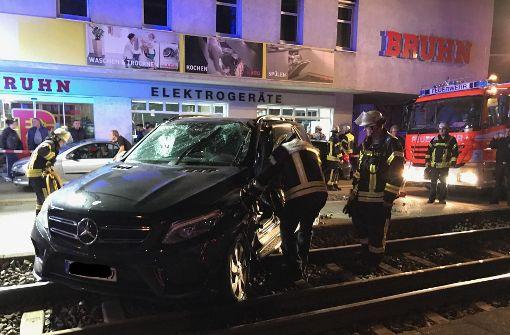 Mercedes-Fahrer nach Zusammenstoß schwer verletzt