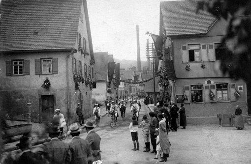 Die Heumadener Straße im Jahr 1930: rechts sieht man die Gastwirtschaft Traube, im Hintergrund den Kamin der Bleicherei.  Foto: Altes Haus Hedelfingen