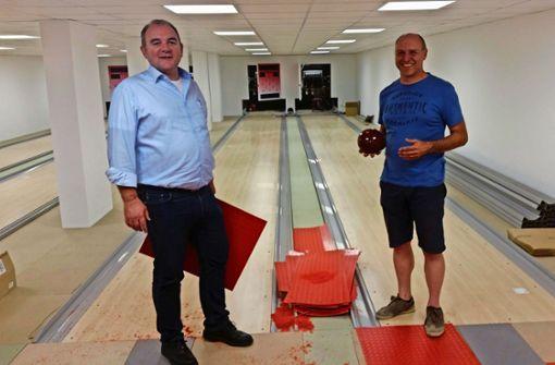 Norbert Walter (links) und der Kegelbahn-Experte  Uwe Moß Foto: Götz Schultheiss