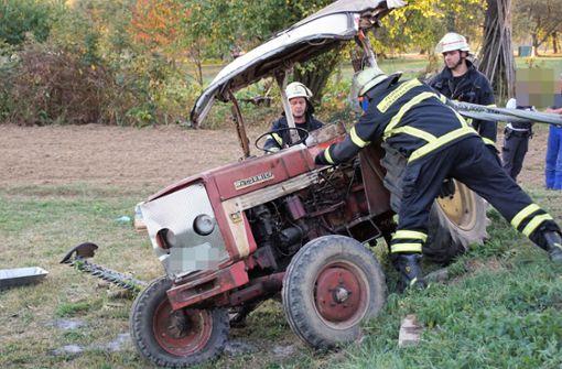 Senior stürzt mit Traktor um