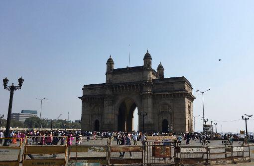 Das Gateway of India gilt als Mumbais Wahrzeichen. Der Triumphbogen steht am Wasser im Stadtteil Colaba. Er wurde von 1911 bis 1924 nach Plänen des britischen Architekten George Wittet erbaut. Foto: Susanne Hamann