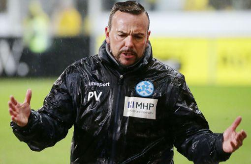 In Kassel stand Kickers-Trainer Paco Vaz im Regen – und sein Team ging mit 0:3 unter. Foto: Baumann