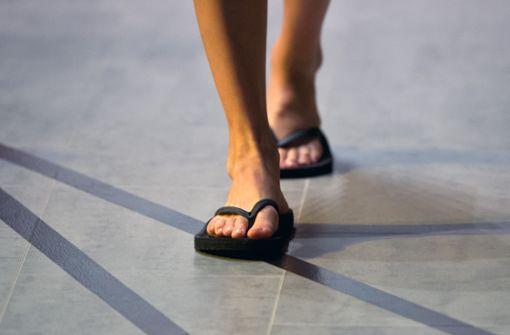 Flipflops sind keine Schuhe: Die schlurfigen Zehentrennersandalen, meist aus quietschendem Weichplastik und in schreienden Farben, entstellen den Gang, sind aber Trend. Wer es mag: in der Sauna, am Strand, auf der Sommerparty sind sie okay. In geschlossenen Räumen oder in der Stadt haben sie nichts zu suchen. Von Büros ganz zu schweigen. Foto: dpa
