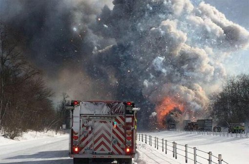 In Galesburg in den USA explodiert bei einer Massenkarambolage ein Lkw mit Feuerwerk. Foto: NBC Los Angeles/Twitter