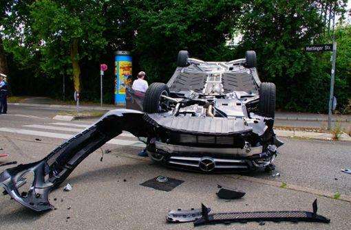 Der Mercedes ist bei dem Unfall schwer beschädigt worden. Foto: Andreas Rosar Fotoagentur-Stuttg
