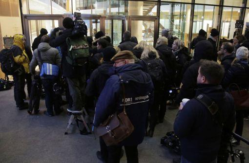 Dort harren seit Donnerstagabend zahlreiche Journalisten aus und warten auf die Ergebnisse der Sondierungsgespräche. Foto: AP