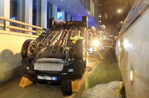 Auto stürzt in Tiefgarage