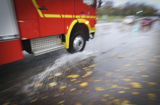 Unbekannter setzt Kinderwagen in Brand – 13 Verletzte