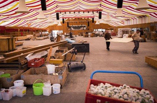 Das Frühlingsfest beginnt bald:Aufbau im Festzelt Foto: Lichtgut/Max Kovalenko