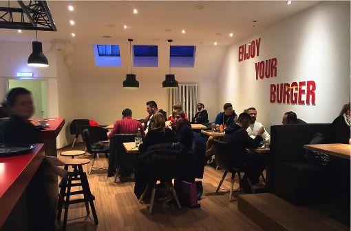 Das Pop's Burger in Esslingen bietet klassische Burger sowie Fingerfood und frisch gezapftes Bier. Die Macher beziehen sich ausdrücklich auf die Burger-Tradition von Udo Snack Stuttgart Ost. (a href=http://pops-burger.de target=_blankpops-burger.de)/a  Foto: Pop's Burger