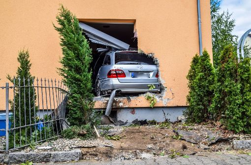 Spektakulärer Crash: 76-Jährige kracht mit Auto in Esszimmer