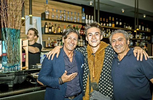 Die Wirte Piero Cuna (links) und Luigi Aracri mit Jazz Open-Jungstar Jacob Collier. Foto: Andreas Engelhard