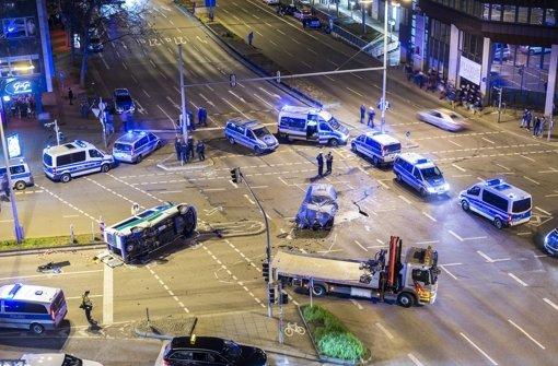 Nach der Kollision: Polizeifahrzeuge umstellen die Unfallstelle am Rotebühlplatz Foto: 7aktuell.de/Eyb