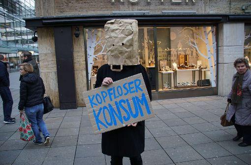 In Stuttgart hat am Dienstag die zweite Primark-Filiale eröffnet. Vor dem Laden versammelten sich Gegner der Discount-Modekette. Foto: SDMG