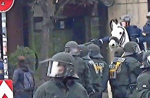 Szenenbild: Ein Polizeireiter schießt mit Pfefferspray auf eine Demonstrantin (links). Was vorher passierte, ist unklar. Foto: Nero Grünen