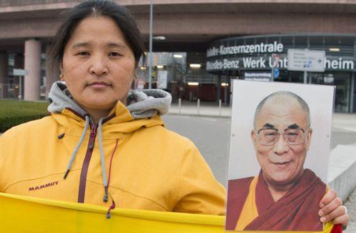 Eine Demonstrantin hält ein Bild des Dalai Lama hoch.  Foto: Lichtgut - Oliver Willikonsky
